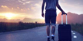 Mand med kuffert går ned ad vej