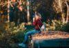Backpakker tager billeder af smuk natur