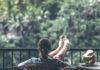 Dame sidder og nyder livet i udlandet