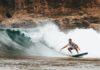 Person surfer på surfboard i hawaii