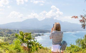 Dame er på udflugt og tager billeder