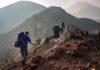 Gruppe af mennesker der går i bjergene