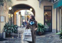 Dame er på shopping tur i udlandet